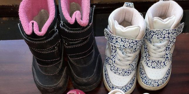 Buty śniegowce i wysokie adidasy
