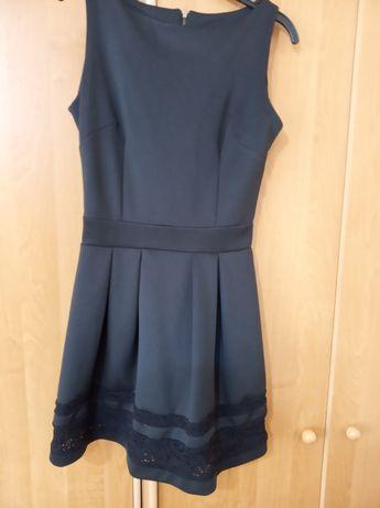 Mała czarna sukienka.