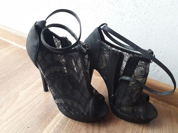 Koronkowe sandały