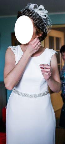 Klasyczna, gładka suknia ślubna ecru, rozszerzana poniżej bioder