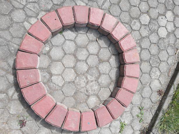 Sprzedam czerwoną kostkę betonową na obrzeża drzewek, kwiatów i