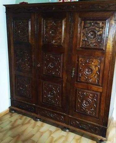Móveis em madeira talhada e em bom estado geral de conservação.