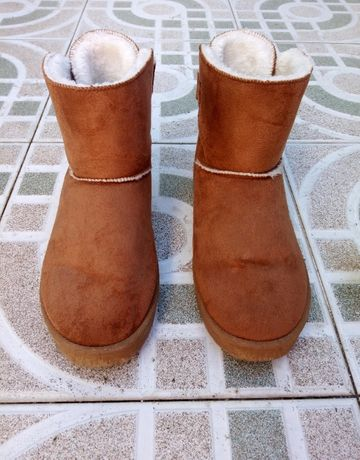 Botas pantufas castanhas com pêlo e laço