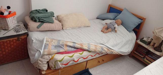 Duas camas Ikea com os respectivos estrados e colchões.