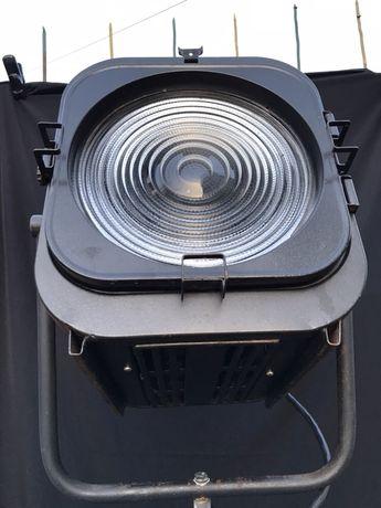 Студийный ретро прожектор с линзой Френеля. Осветительный прибор