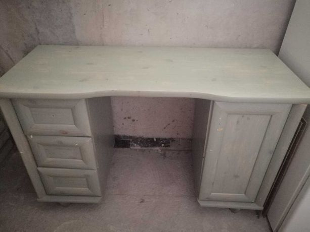 biurko i łózko z materacem