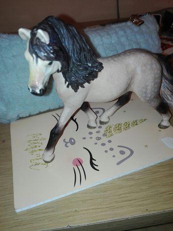 Figurka kremowego konia.