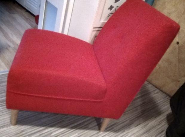 Czerwony fotel, drewniane nóżki