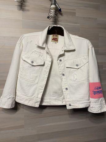 Белую джинсовую куртку.