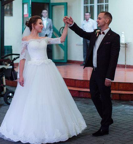 Біла весільна сукня