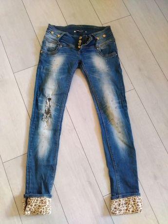Актуальные джинсы со стразами, рваные.