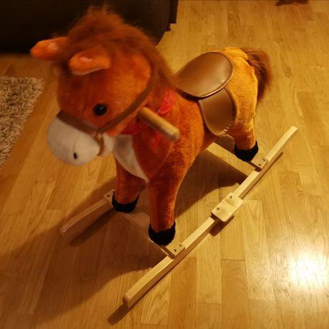 Śliczny, interaktywny koń na biegunach