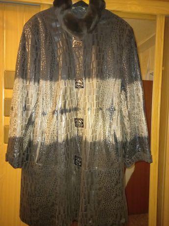 Женское коженное с лазерным напылением пальто