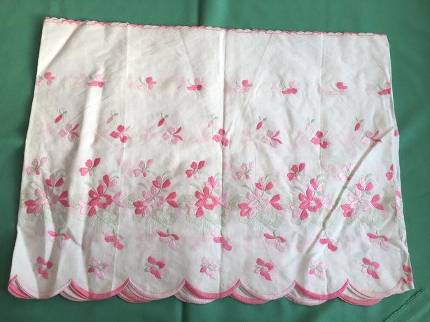 Renda lençol de cor branca com flores em tons de rosa com 44 cm de lar