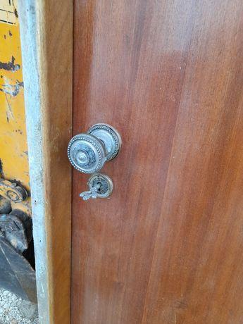 Vendo uma porta usada