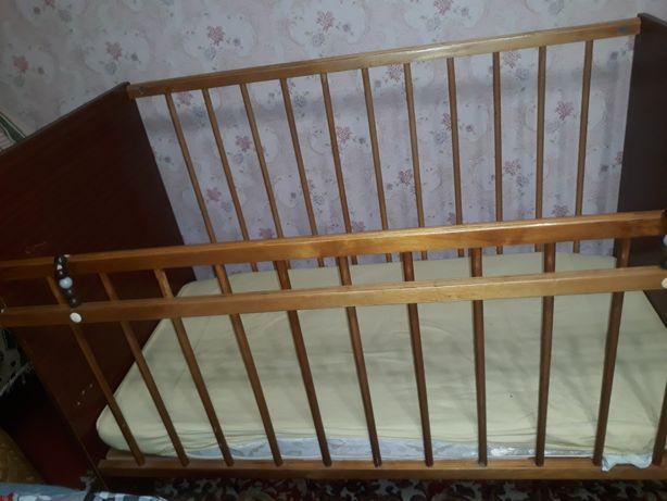 Детская кроватка на 2 положения, с маятником