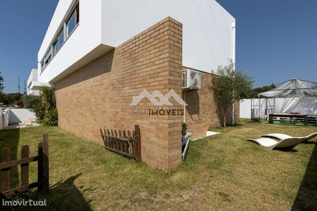 Moradia T4 | 4 Frentes | Jardim | Terraço | Box | Mobilada