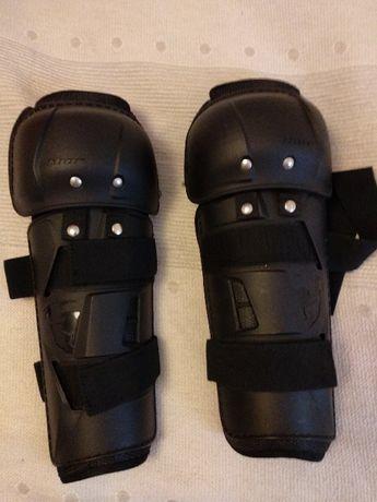 Proteções de tíbia e joelho articulável