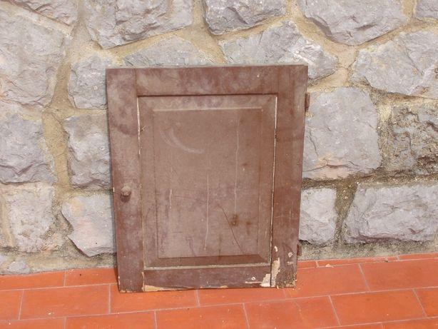 Porta de madeira castanha