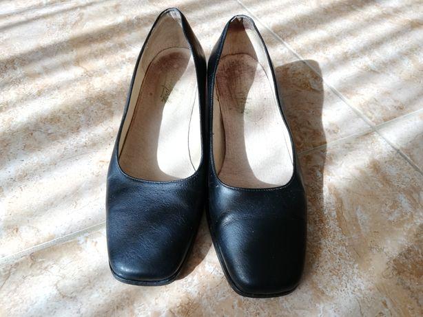 Sapatos de Universitária
