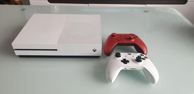 Xbox One S 500 GB + 2 Pady