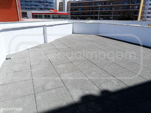 Apartamento T2 com terraço | próximo do Glicínias