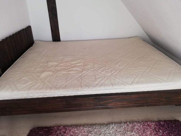 Łóżko sypialniane z materacem.