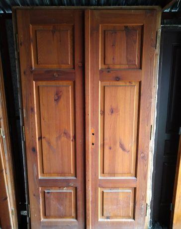 Solidne drzwi drewniane dwuskrzydłowe z oscieznica 126 x 217