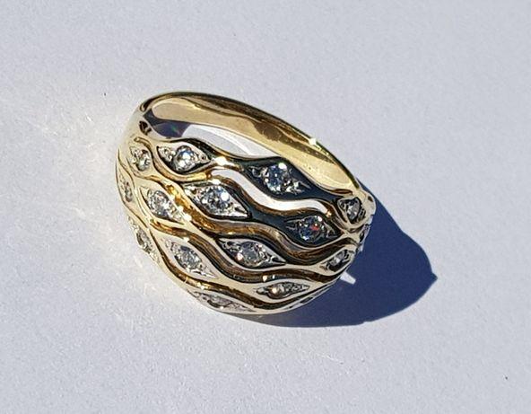 Nowy złoty pierścionek. Szeroki błyszczący ZARĘCZYNY