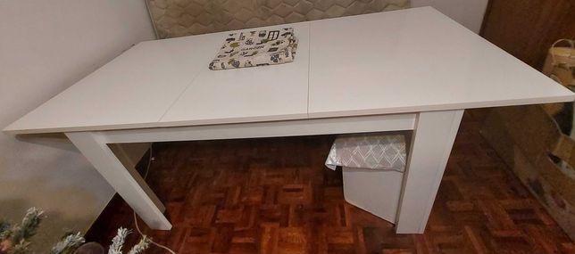 Mesa de jantar branca extensível