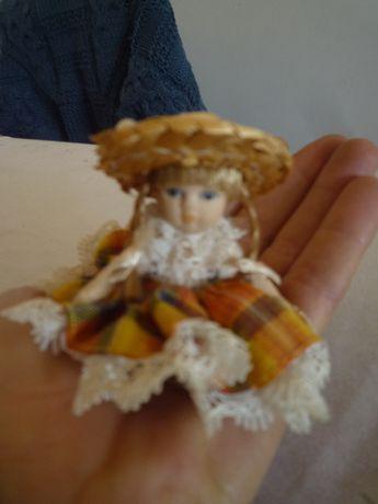 Bonequinha de colecção de Porcelana Antiga em miniatura