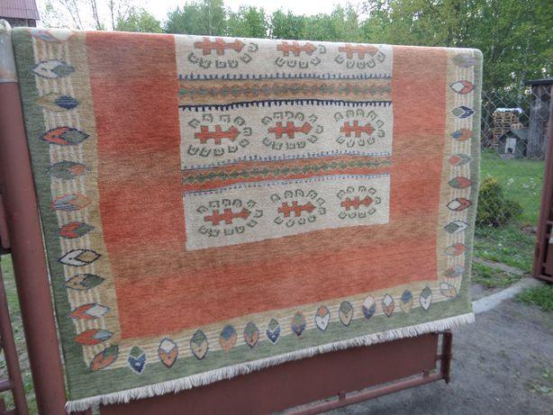 śliczny wełniany dywan wymiary 165 x 230cm stan bdb