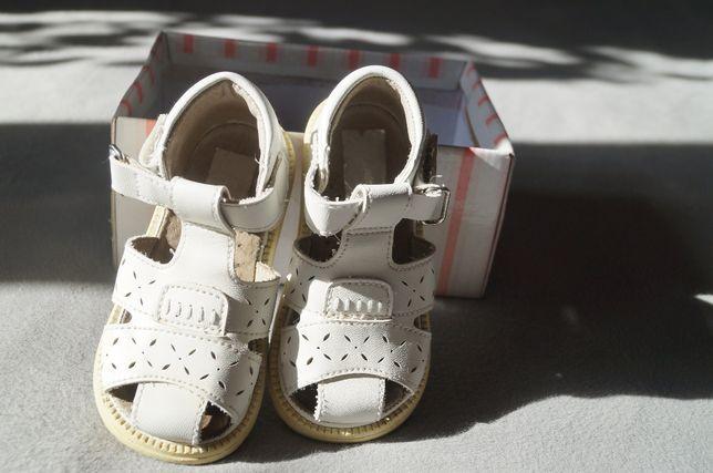 Sandałki ze skóry, sandały rozmiar 21, długość wkładki 13,5 cm.