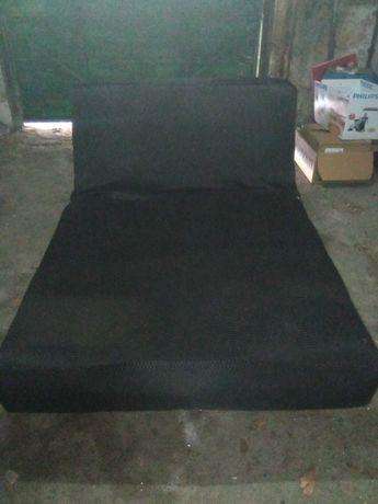 Conjunto de 2 sofás, 1 sofá cama e outro 2 lugares (os 2 por € 40,00)