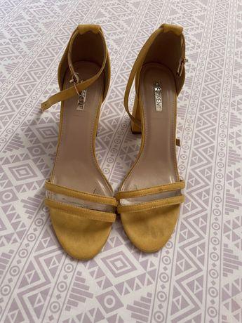 Sandalias amarelas salto