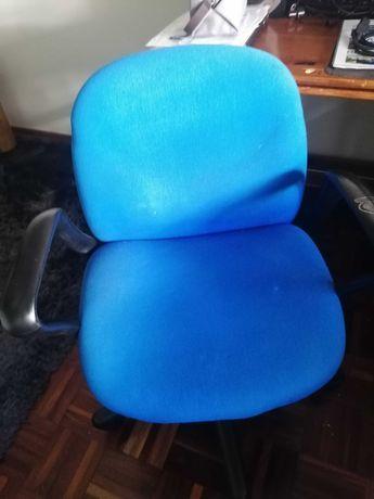 Cadeira de escritório em tom de azul