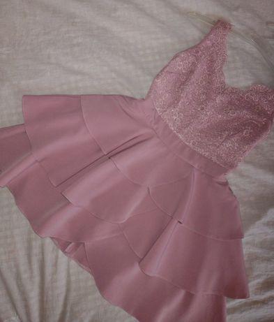 Pudrowa sukienka koronka falbanki