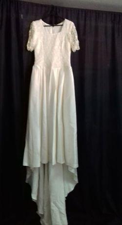 Vestido de noiva com devidos acessórios