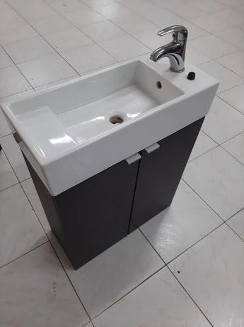 Lavatório com torneira e armário