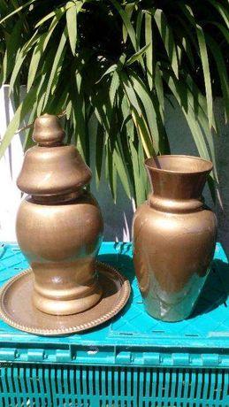 Conjunto jarrões em vidro e tabuleiro em metal