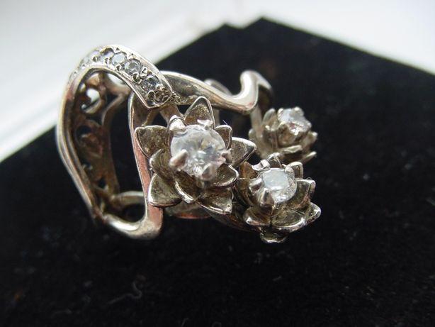 Красивое кольцо из серебра 925 пробы