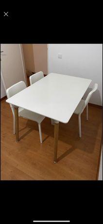 Mesa branca pes de madeira