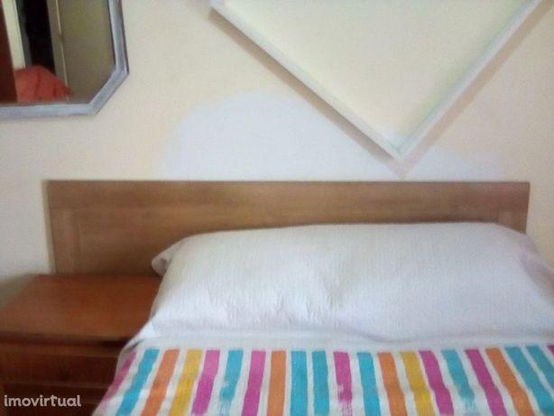 Quarto amplo com cama de casal e varanda em Faro