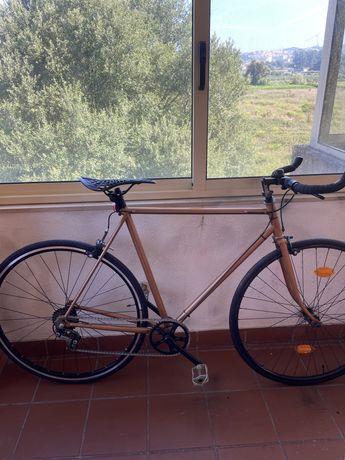 Bicicleta de estrada vintage restaurada