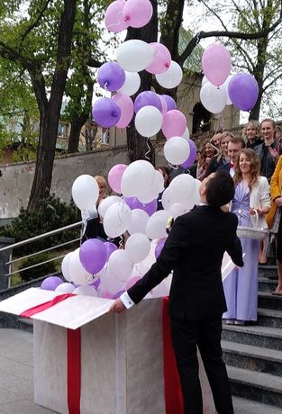 100 balonów napompowanych helem w pudle. Balony z helem