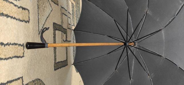 Зонтик, ремень, игрушки.