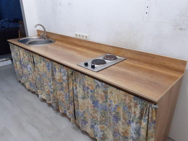 Кухонная мебель с мойкой, краном, плитой и навесным шкафчиком