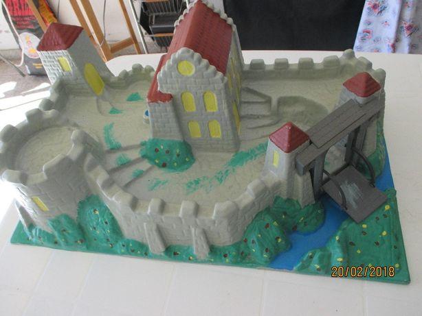 Castelo medieval em plástico