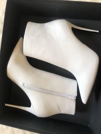 Naked Wolfe oryginalne białe botki 1000 zl ! Roz 39 liu jo