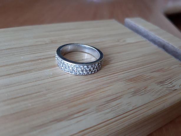Srebrny pierścionek z cyrkoniami Apart